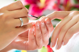 Manicure e applicazione smalto
