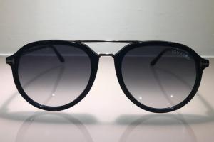 Occhiale da sole a goccia di color nero TF 674
