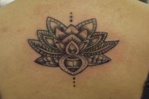 Tatuaggi con attrezzatura sterilizzata
